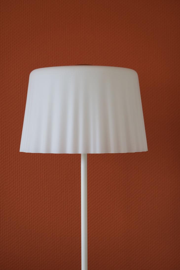 klassieke staande lamp van glas in het wit en chroom