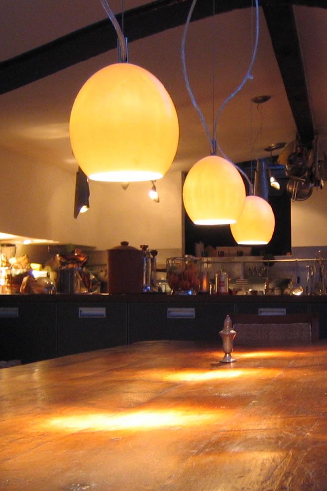 hanglampen boven de eettafel en keukenlampen. Black Bedroom Furniture Sets. Home Design Ideas