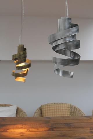 Design verlichting - rvs hanglamp boven de tafel en keukenlamp