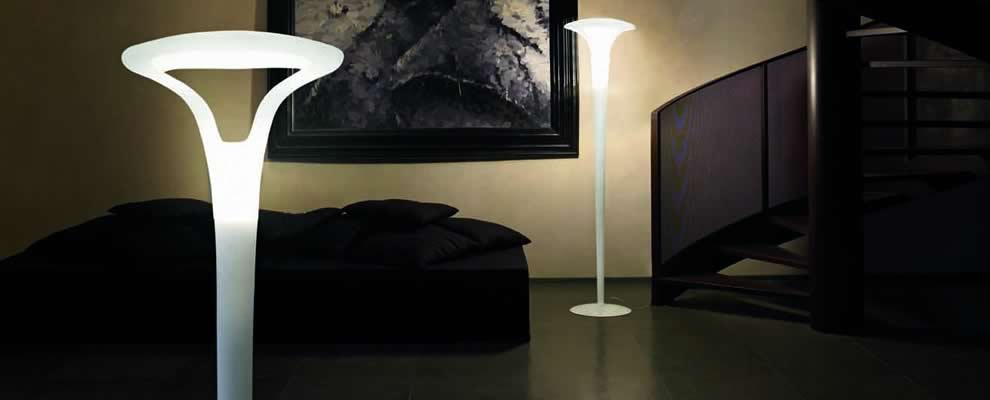 grote exclusieve staande lamp van wit satinglas. Black Bedroom Furniture Sets. Home Design Ideas