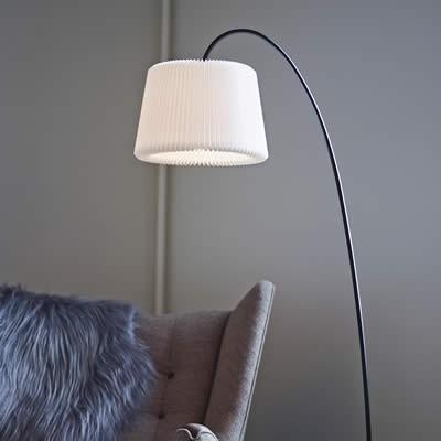 witte hanglampen boven eettafel
